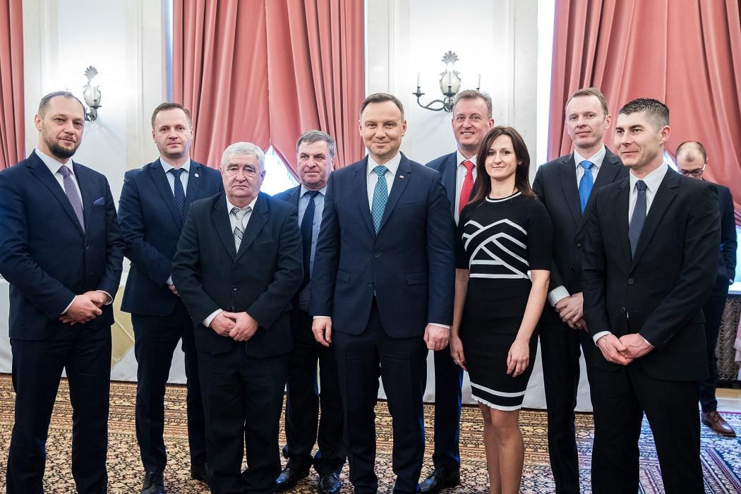 od lewej:Bartosz Mielecki(dyrektor PGM),Karol Zielonka(p.o. dyrektora PIMOT, v-ce prezes PGM),dr Jan Pąprowicz(właściciel EKO KARPATY),Kazimierz Pelczar(współwłaściciel PELMET),Andrzej Duda(Prezydent RP),Adam Sikorski(prezes PZL Sędziszów SA, prezes PGM),Aneta Gorszwa(prezes MAGNETIX GORSZWA),Jakub Kowalski(prezes SKB DRIVE TECH SA),Ryszard Ginter(właściciel RETNIG).Fot. Krzysztof Sitkowski / KPRP